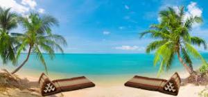 En av Thailands många härliga stränder med en blå himmel och ett ljuvligt turkost vatten i bombination med två st inbjudande Triangelkuddar (Thaikuddar).