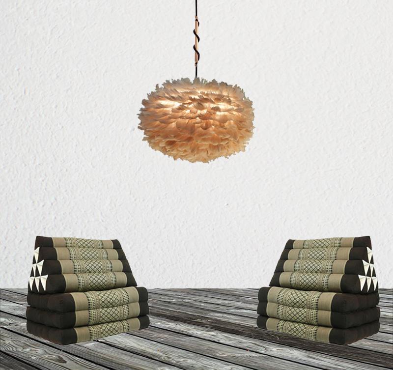 Ett uterum inrett med två st  brun Thaikuddar tillsammans med en fjäderlampa pendel lightbrown med svart kabel och spinner i koppar. Den ljusa och vita putsväggen lyfter verkligen fram lystern och färgen i lampan.